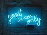 GOOD VIBES ONLY Neon Skilt